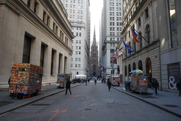 Wall Street valmistautuu lounasaikaan by hannajamikko