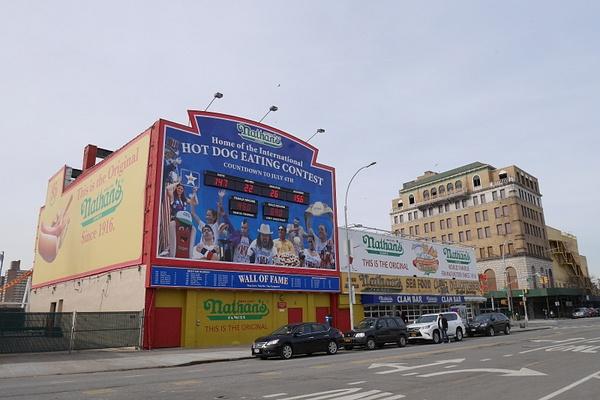 Coney Island ja Nathan's Famous hodariständi jossa pidetään joka vuosi hodarisyöntikilpailut by hannajamikko