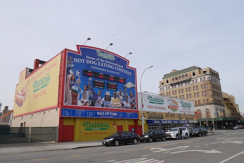 Coney Island ja Nathan's Famous hodariständi jossa pidetään joka vuosi hodarisyöntikilpailut
