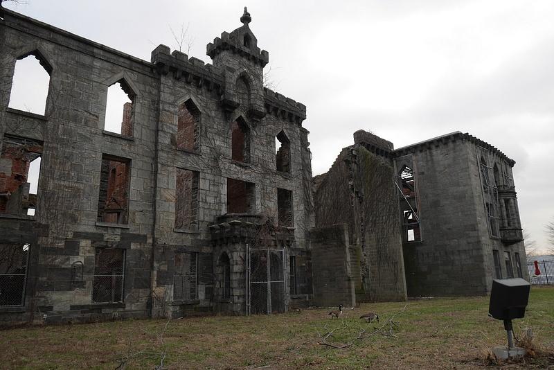 Isorokon hoitamista varten rakennettu saarelle eristetty sairaala