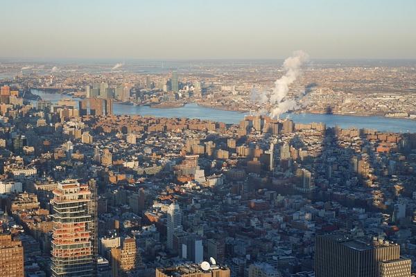 Manhattania ja sen punaruskeaa East Villagea ja Brooklynin saari by hannajamikko