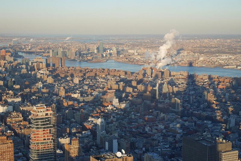 Manhattania ja sen punaruskeaa East Villagea ja Brooklynin saari