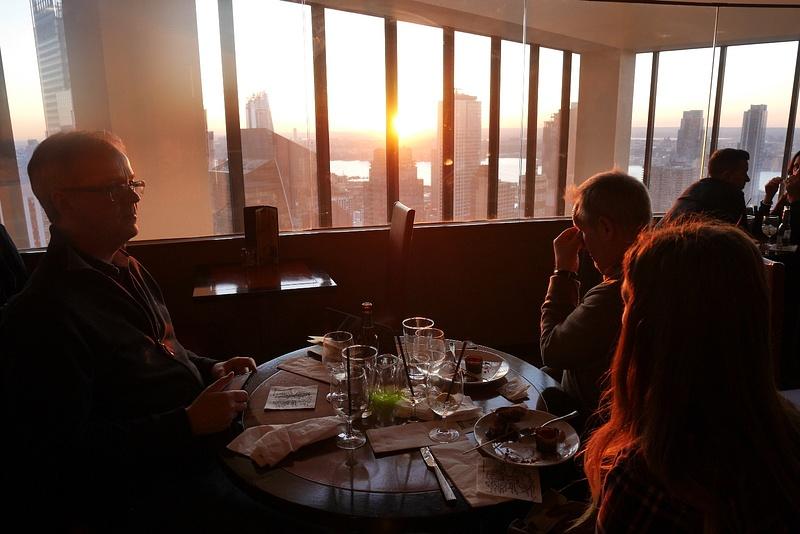 Herkuttelemassa The View ravintolassa pilvenpiirtäjässä