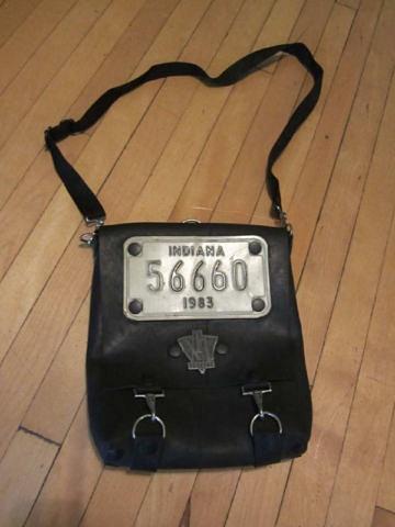 S-05 Sac fait à partir de pneus recyclés et d'une plaque d'immatriculation de l'Indiana 35 $