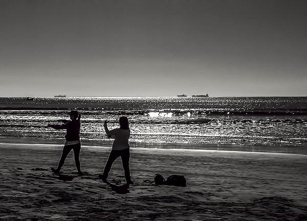 Morning Tai Chi by the beach by WaldirHannemann