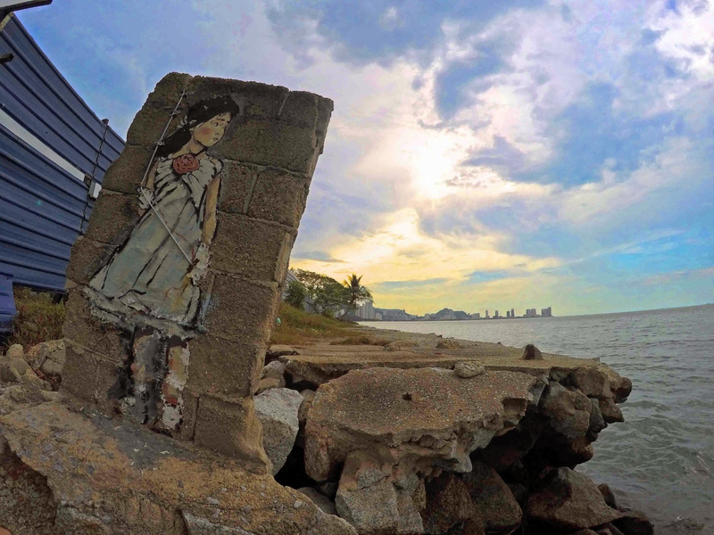 girl-looking-penang-sunset-and-street-art-in-george-town