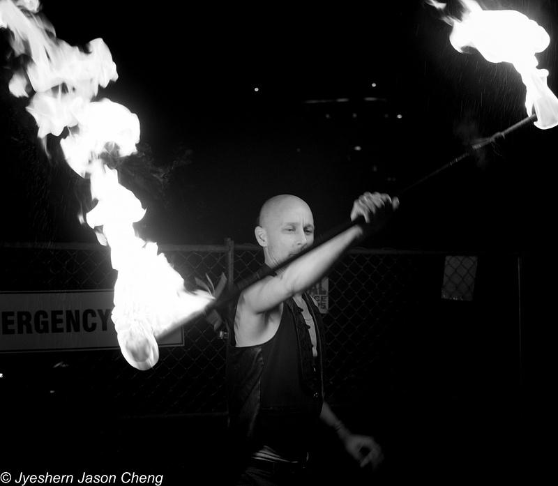 Fire dancer Mono-08489