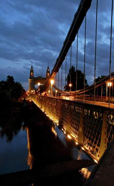 Hummersmith Bridge by night