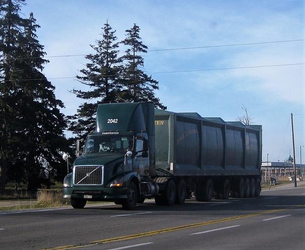 Truck Lines -  U, V by RobertArcher