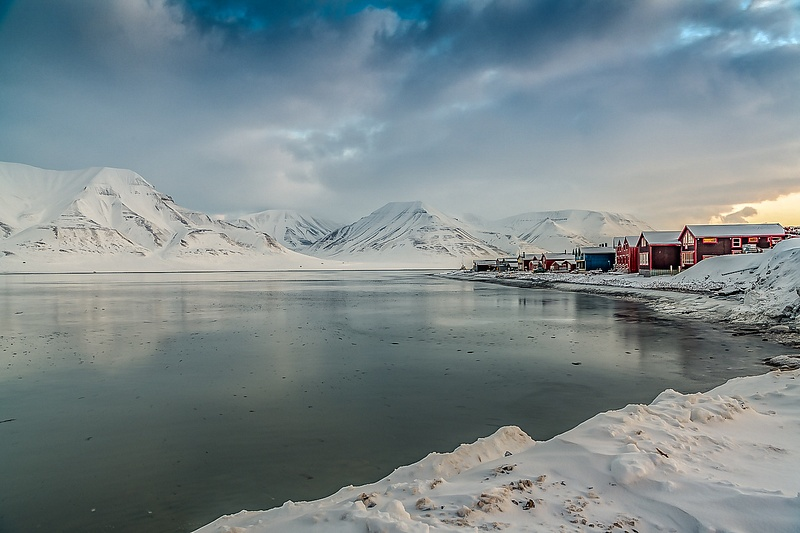 Cold view-huts-mountains-Svalbard bay