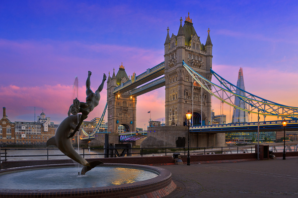 Tower bridge with dolphin fountain sunset - Urban landscapes - Delfino Photography