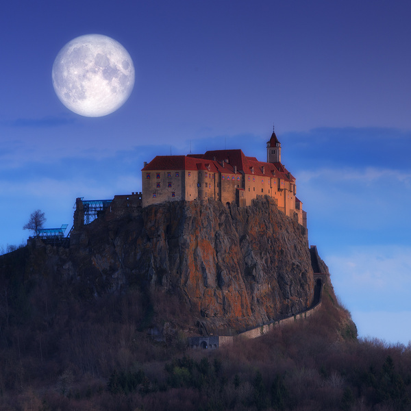Moon over the castle - Landscape photographyDelfino photography
