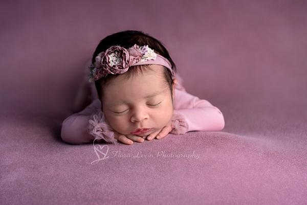 chin-up - Newborn - Flora Levin Photography