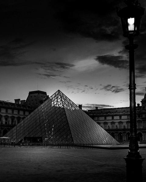 Pyramide du Louvre en noir et blanc - noir-et-blanc