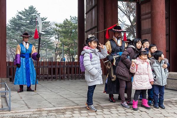 Seoul: Deoksugung by Sergey Kokovenko