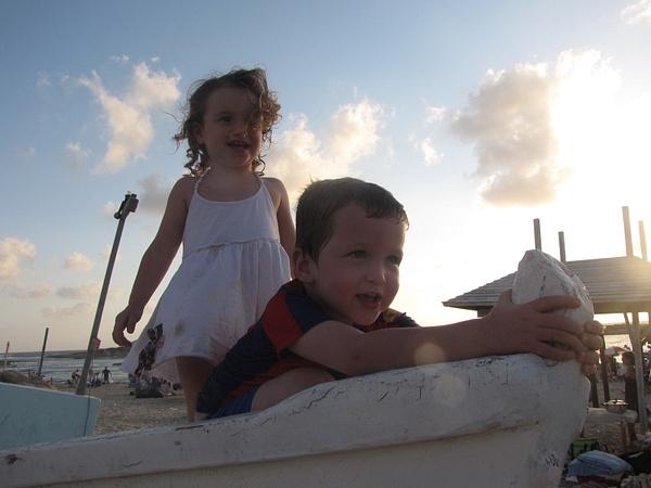 העלמה והקצין - גן שקד בחוף דור by User3252200 by User3252200