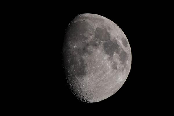 Waxing moon by Willis Chung