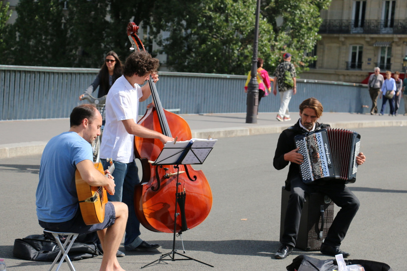Street musicians on  Pont Saint-Louis