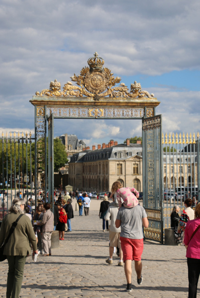Exiting the palace grounds. Bye bye, Versailles