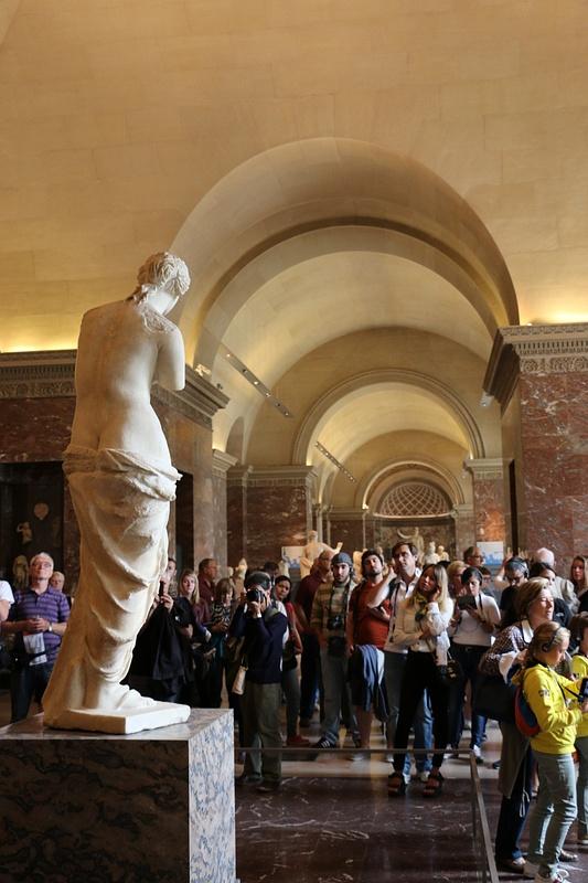 Venus de Milo disarms an admiring crowd