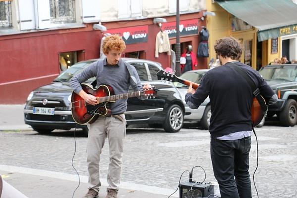 Street musicians rev up in Montmarte