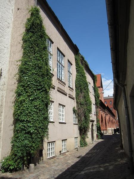 Narrow street by Clarissa