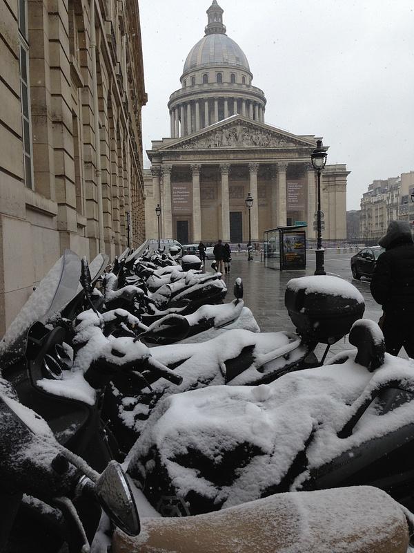 Le Pantheon. Les motos pres de la Sorbonne
