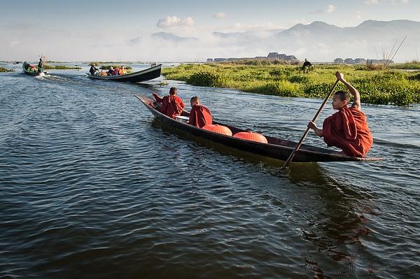 001 Бирма монахи озера Инле by Anatoly Strunin 20111213