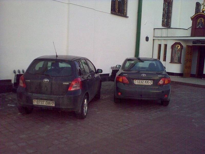 02 Парковка у Церкви на тротуаре