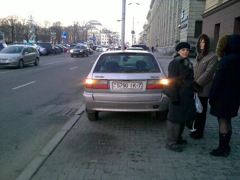 17_ул._Энгельса_4-6,_парковка_на_тротуаре