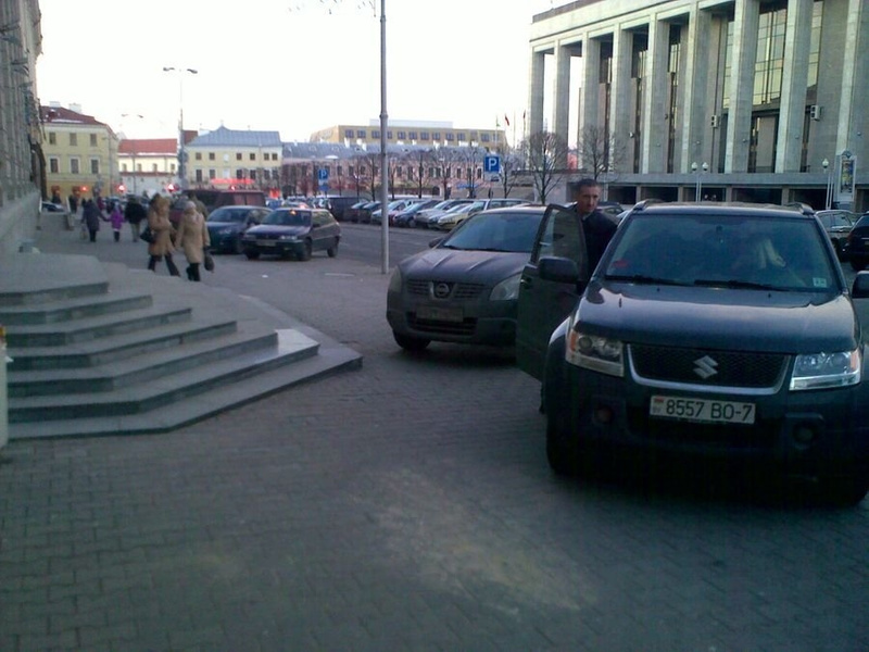 27_ул._Энгельса_4-6,_парковка_на_тротуаре