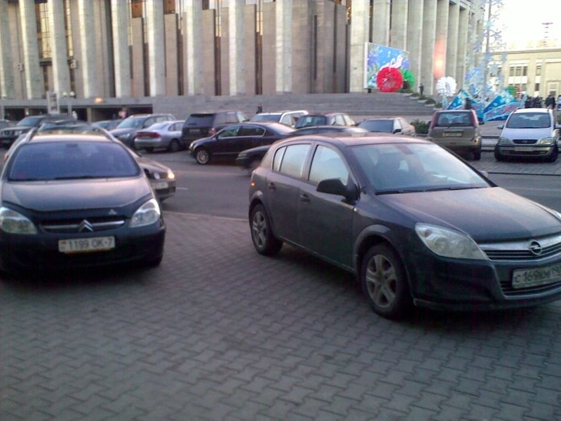 29_ул._Энгельса_4-6,_парковка_на_тротуаре