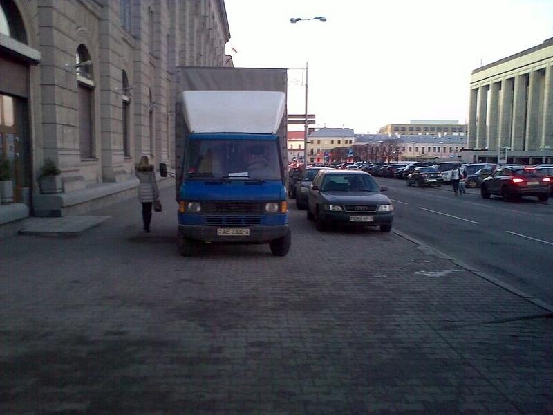 33_ул._Энгельса_4-6,_парковка_на_тротуаре