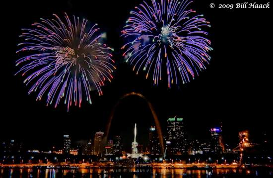 _DSD4714_4th_Fireworks_STL_riverfront_001_070409