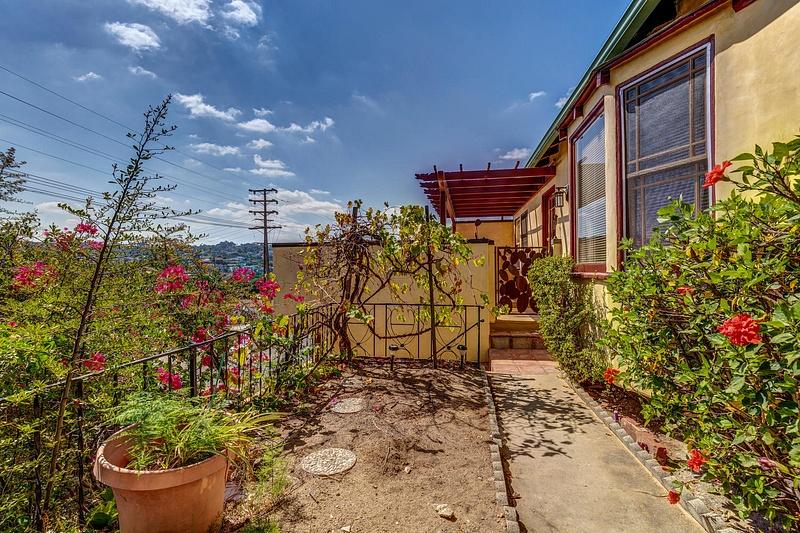 4415 Ellenwood Dr Los Angeles-large-008-23-HarAli0002Upload22-1500x1000-72dpi