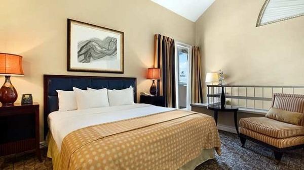 doubletree-deerfield-guestroom by TerryOwnes