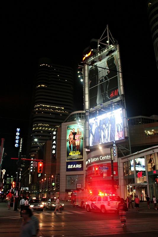 Toronto_DundasSquare_326